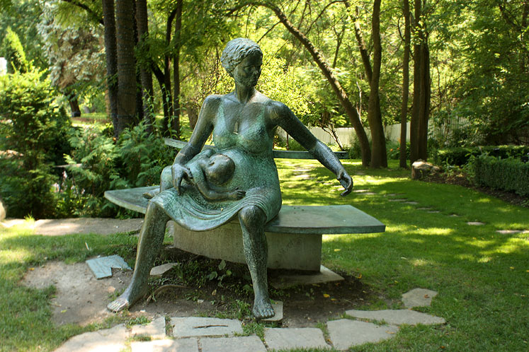 Canada Ontario Photos :: Kleinburg :: Kleinburg. A staute in the park of the Doctor´s House